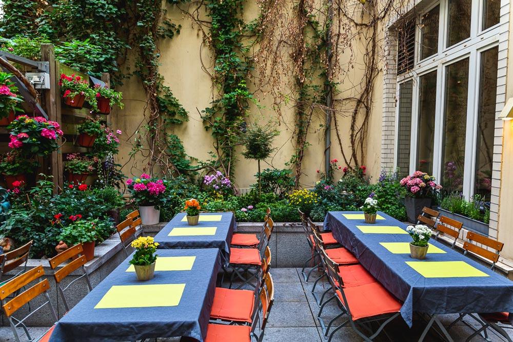 Via-Nova-2-italienisches-Restaurant-Berlin-Ueber-Uns-Galerie-8-Biergarten