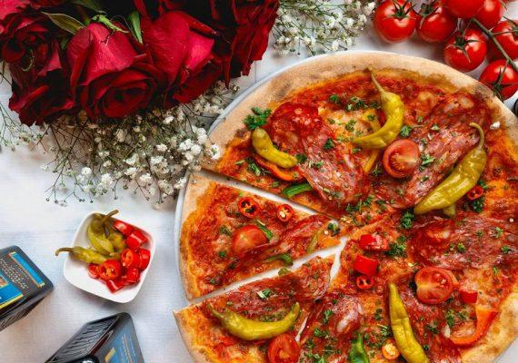 Pizza mit Tomaten und Peperoni | Via Nova 2 italienisches Restaurant Berlin
